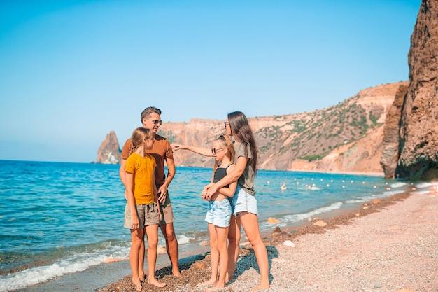 夏休みのビーチで幸せな家族