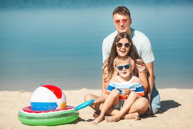 ビーチで幸せな家族。家族での休暇