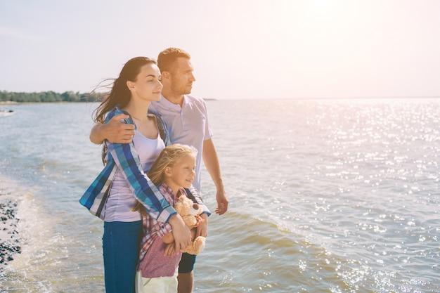 해변에서 행복한 가족. 여름 방학에 재미 사람들.
