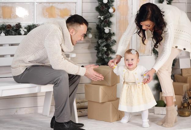크리스마스 장식으로 현관에 행복 한 가족