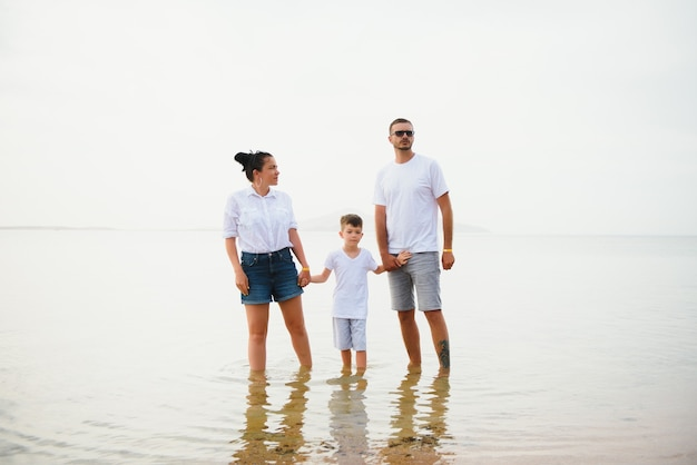 Счастливая семья на берегу пляжа