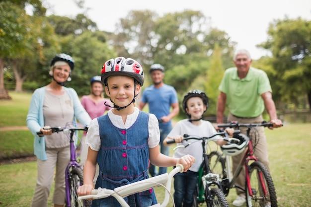 公園で自転車に乗っている幸せな家族