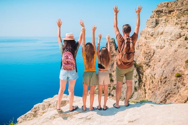 山での休暇で幸せな家族