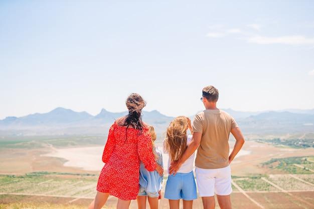 Счастливая семья на отдыхе в горах