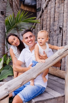 Счастливая семья в отпуске с маленьким мальчиком