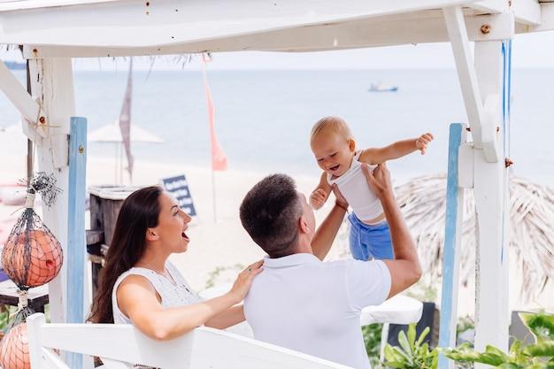 小さな男の子と休暇で幸せな家族