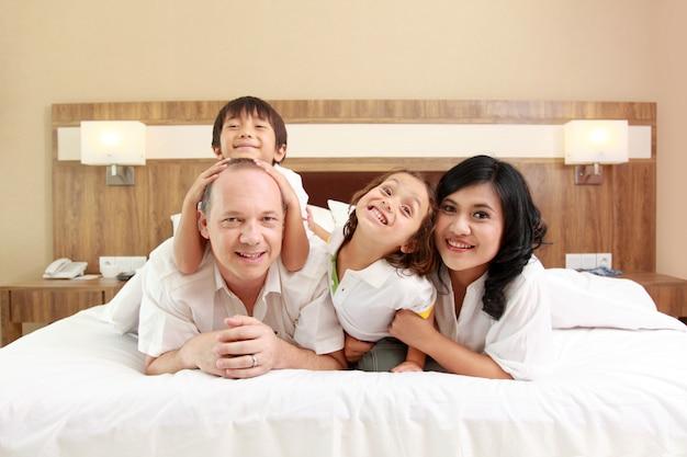 白いベッドに幸せな家族