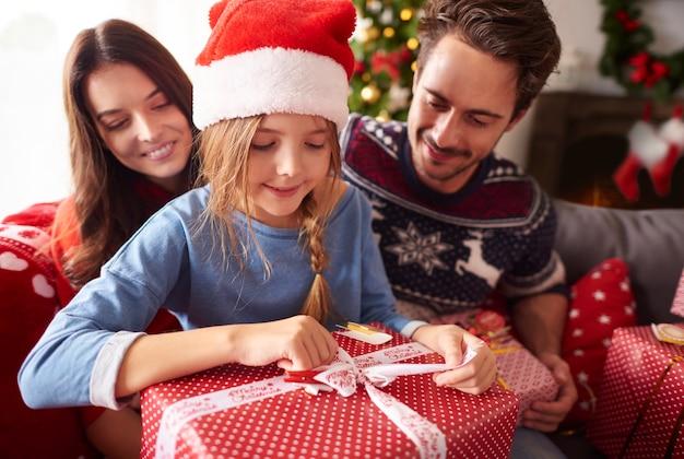 크리스마스 선물을 여는 행복 한 가족