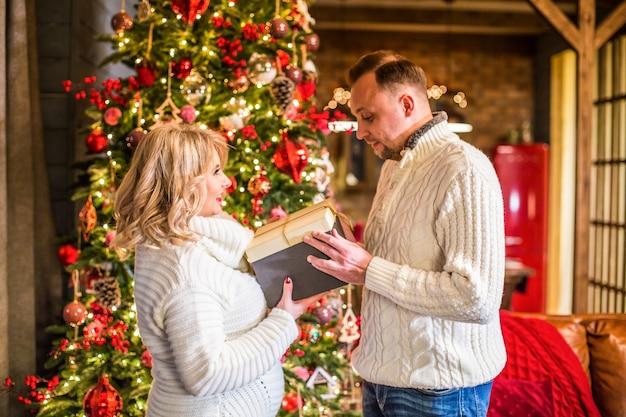 Счастливая семья открывает подарочную коробку
