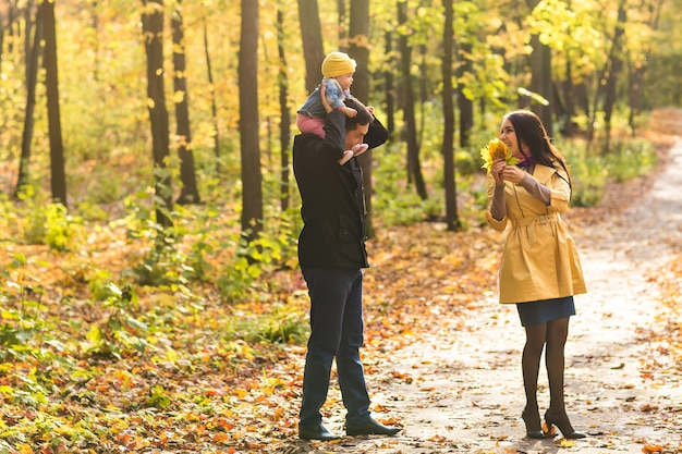 가을에 야외 행복 한 가족입니다. 아기와 어머니와 아버지