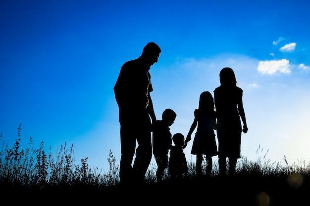 야외 공원 실루엣에서 행복 한 가족