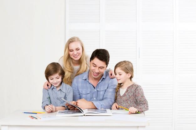Счастливая семья родители и дети занимаются вместе