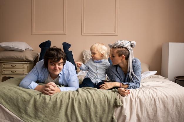 집에서 놀고 껴안고 행복한 가족. 소파에 편안한 가족