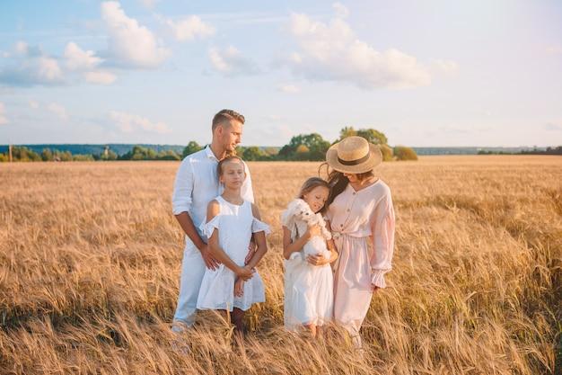 麦畑で遊んで幸せな家族