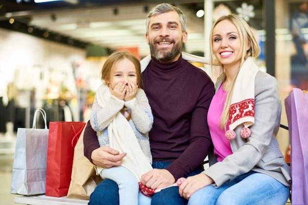 Счастливая семья позирует в торговом центре