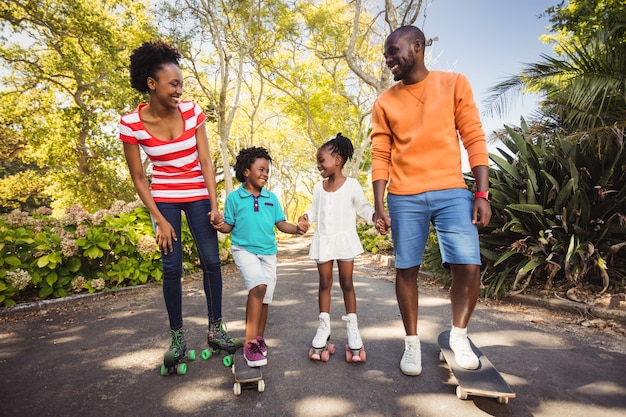 Счастливая семья позирует вместе