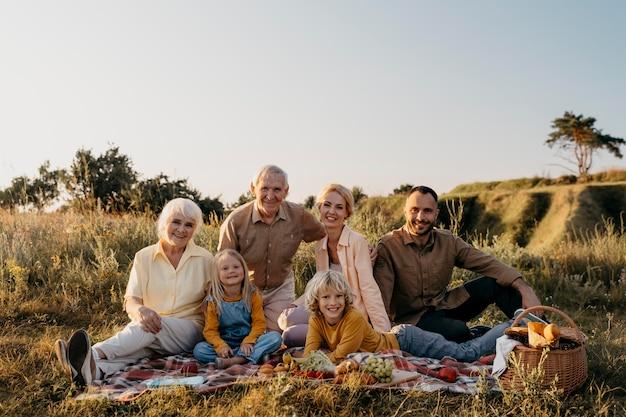 함께 포즈를 취하는 행복한 가족