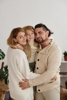 딸과 함께 포즈를 취하는 행복 한 가족
