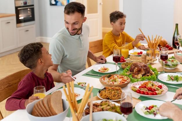 Счастливая семья молится перед ужином вместе