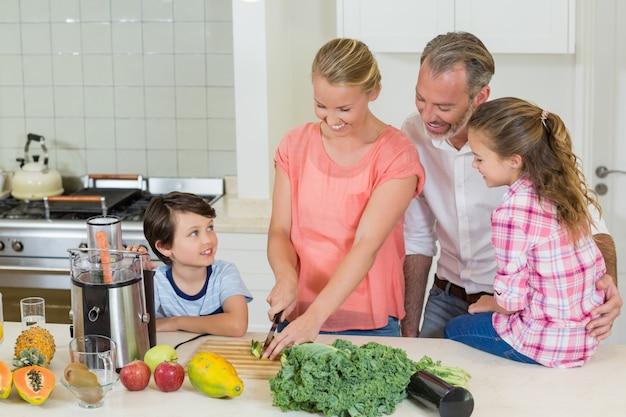 幸せな家族のキッチンで食事の準備