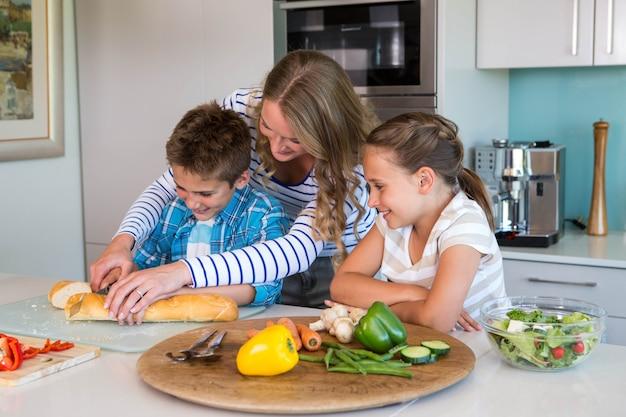 함께 점심을 준비하는 행복 한 가족