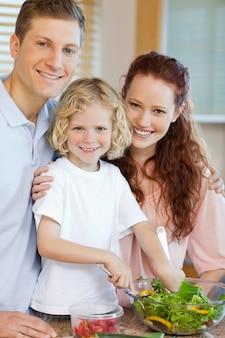 함께 샐러드를 준비하는 행복 한 가족