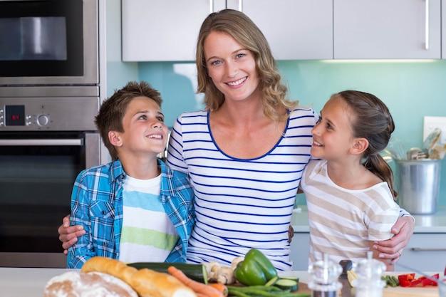 幸せな家族一緒に野菜を準備する