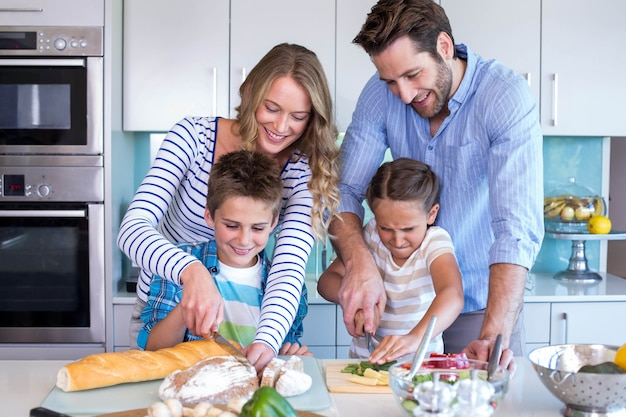 야채를 함께 준비하는 행복 한 가족