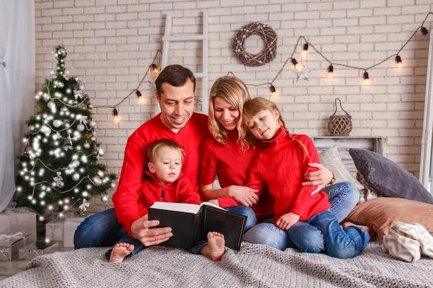 크리스마스에 집에서 책을 읽고 행복 한 가족