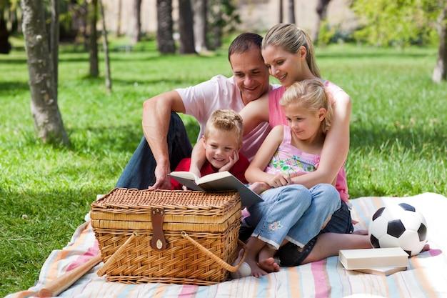 公園で読書する幸せな家族