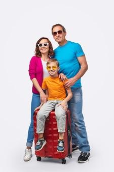 夏の旅行の準備ができて幸せな家族