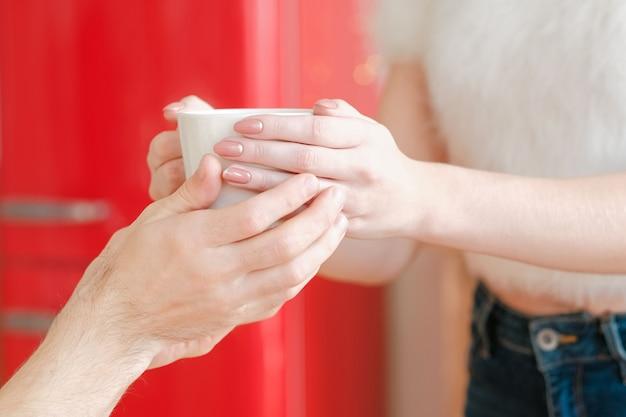 행복한 가족 관계. 사랑, 보살핌 및 조화. 남자를위한 차 한잔 들고 여자입니다. 프리미엄 사진