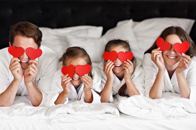 호텔 방에서 편안한 행복 한 가족