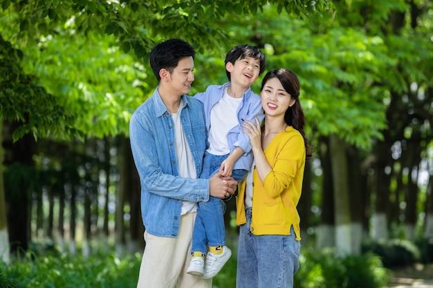 Счастливая семья, отдыхая в парке в черную пятницу