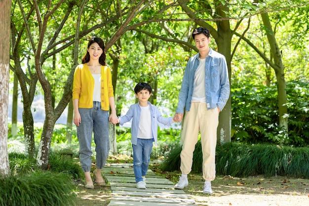 ブラックフライデーの公園でリラックスした幸せな家族