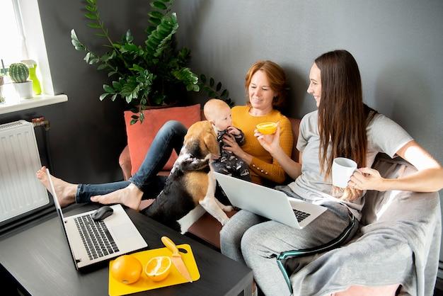 소파에 거실에서 행복한 가족 휴식
