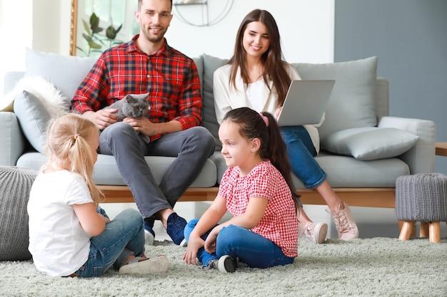 家で休んで幸せな家族