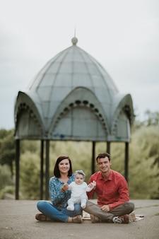 Счастливая семья отдыхает у озера