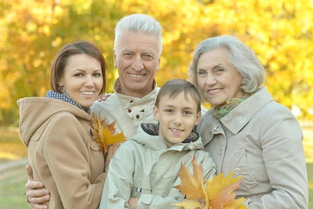 秋の公園で休んでいる幸せな家族