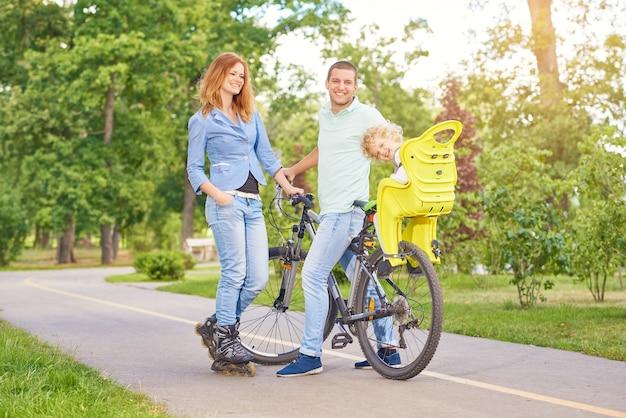 공원에서 자전거를 타는 행복한 가족