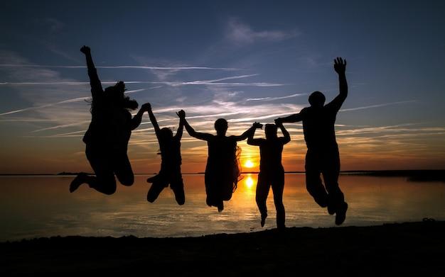 해변에서 행복 한 가족 실루엣