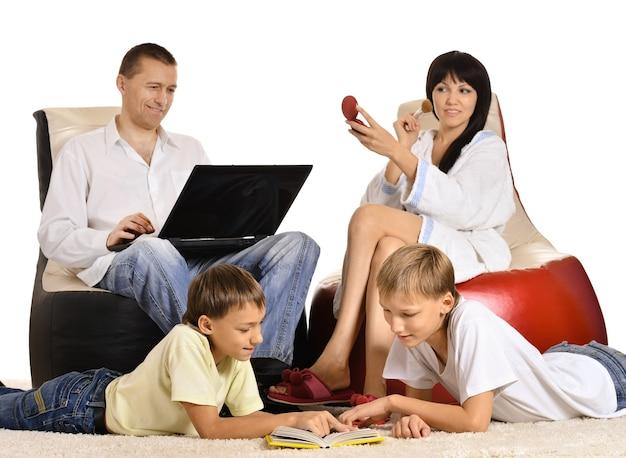 ノートパソコンと椅子に座って幸せな家族
