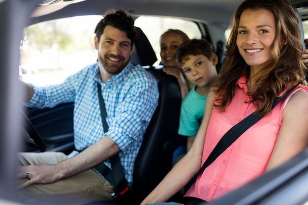Счастливая семья сидит в машине