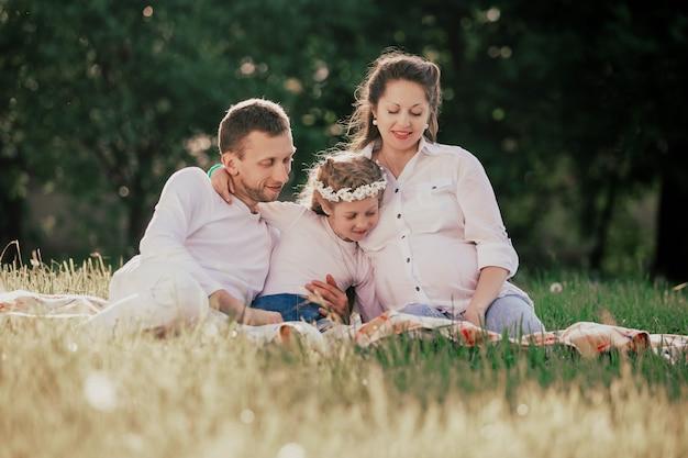 여름 날에는 잔디에 앉아 행복 한 가족