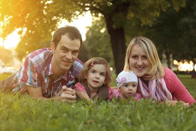 草の上に座って幸せな家族