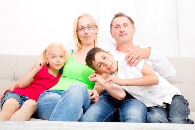 Счастливая семья, сидя на диване