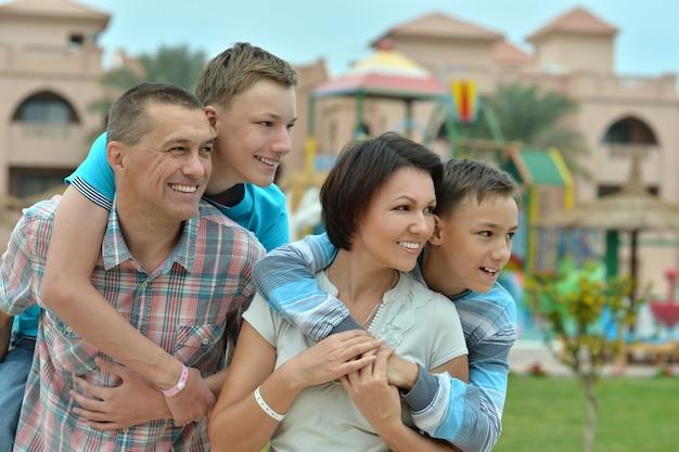 Счастливая семья улыбается и веселится на курорте