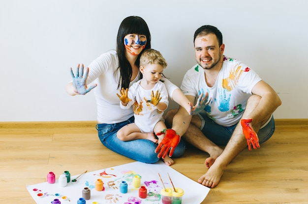 부모와 고양이와 함께 행복 한 가족 아들 포스터와 페인트로 서로 그림