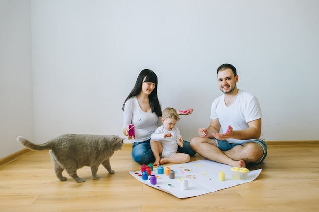 부모와 고양이 포스터를 그리는 행복한 가족 아들