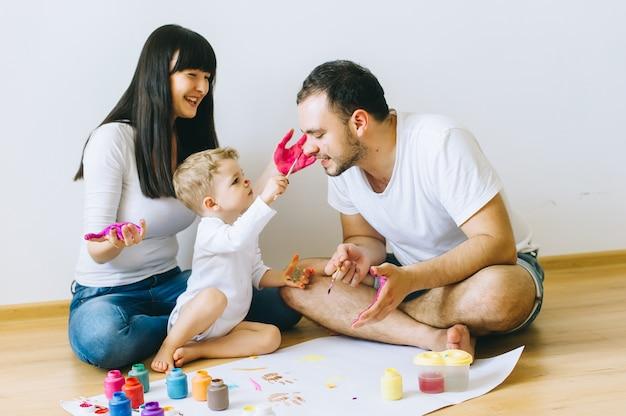 ポスターを描く両親と幸せな家族の息子